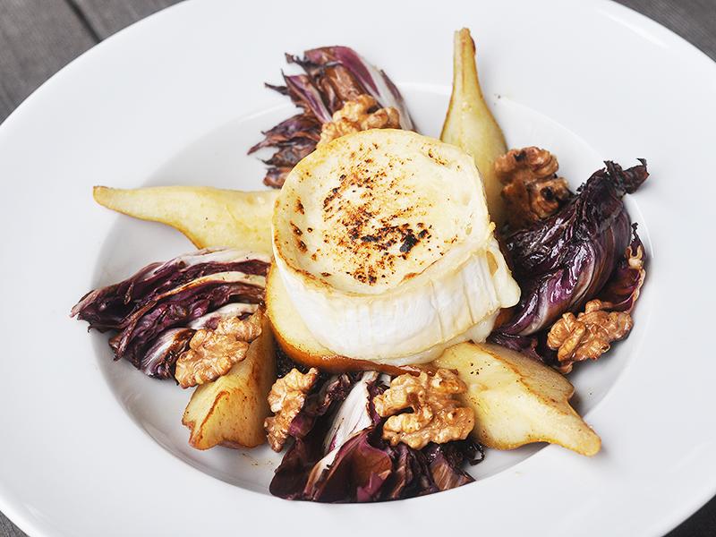Geschmorter Radicchio-Birnen-Salat mit Nüssen und Ziegenkäse