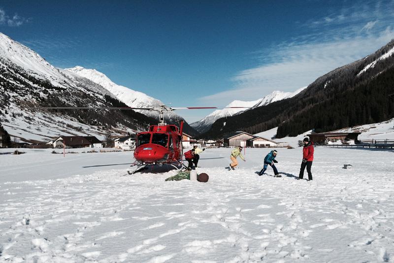 Menschen steigen aus Hubschrauber aus