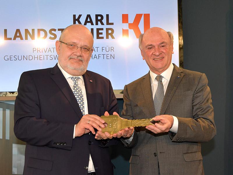 Schlüsselübergabe durch Landeshauptmann Dr. Erwin Pröll (rechts) an Rektor Prof. Dr. Rudolf Mallinger (links)
