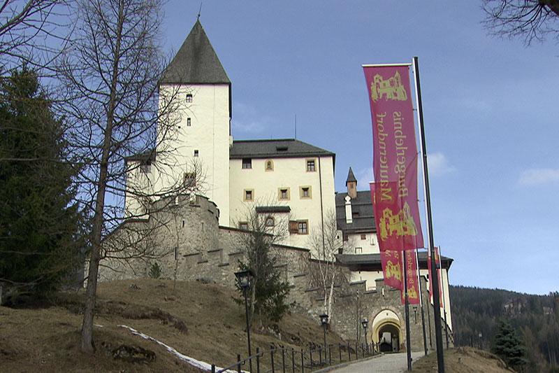 Die Burg Mauterndorf mit wehenden Fahnen