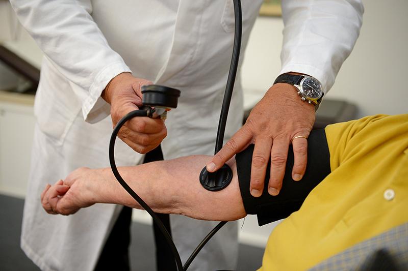 Hausarzt bei Untersuchung