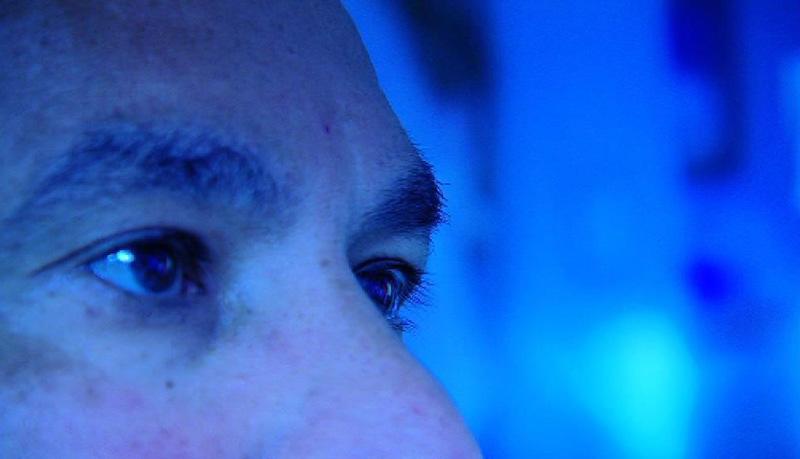 Augen in blauer Umgebung
