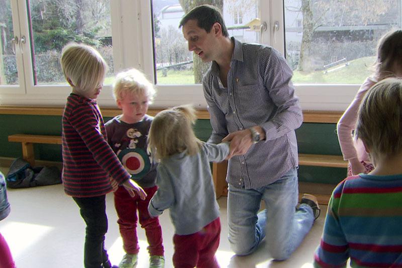 Kindergartenpädagoge mit Kindern