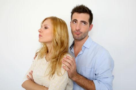 Frau kehrt Mann den Ruecken zu