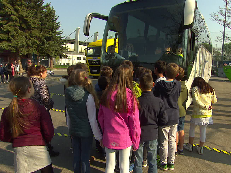 Kinder bei Sicherheitstraining der Wirtschaftskammer mit Autobus