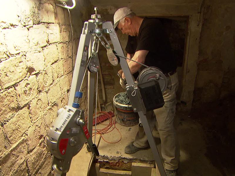 Arbeiter in Keller bei Kontrollen zu Fundamenten wegen U2-Ausbau