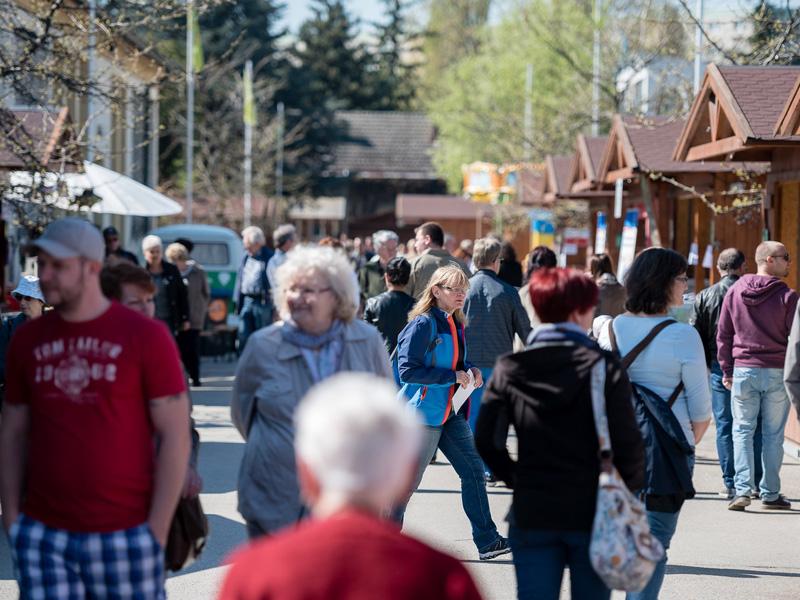Menschen auf der Kleingartenmesse