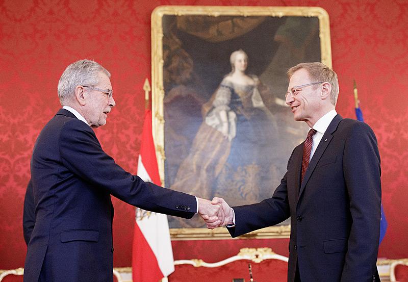 Bundespräsident Alexander Van der Bellen (re) schüttelte nach der Angelobung dem neuen oö. LH Thomas Stelzer die Hand