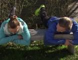 Doresia Krings und Michael Mayrhofer beim Stärken der unteren Rücken- und Gesäßmuskulatur