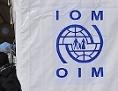Frau mit Kind bei einem Zelt der International Organisation für Migration (IOM) an der griechisch-makedonischen Grenze bei Idomeni