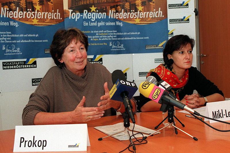 Pressekonferenz mit der damaligen LH Stv. Liese Prokop und Landesgeschäftsführerin Johanna Mikl-Leitner im Jahr 1998