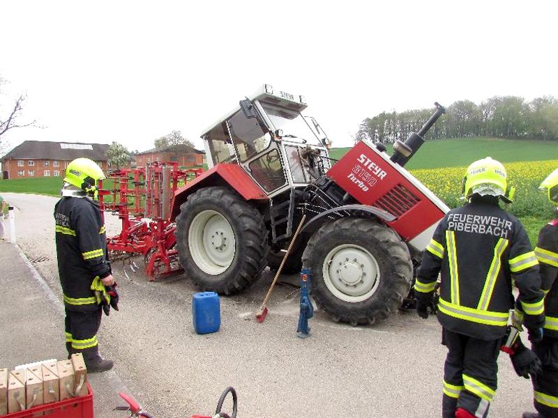 Traktor brach in zwei Teile