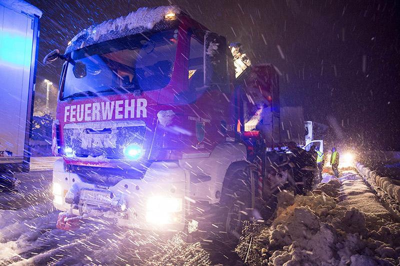 Feuerwehrauto im Schneeeinsatz
