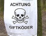 """Zettel mit der Aufschrift """"Achtung Giftköder"""""""
