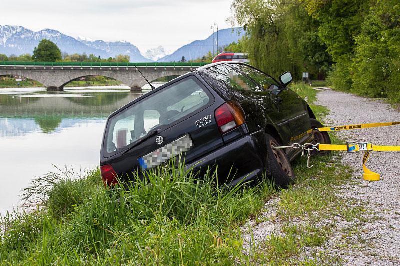 Auto mit Sicherungsleinen auf der Saalachböschung