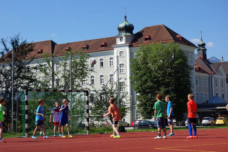 Schüler auf dem Sportplatz des Privatgymnasiums Borromäum in Salzburg Parsch