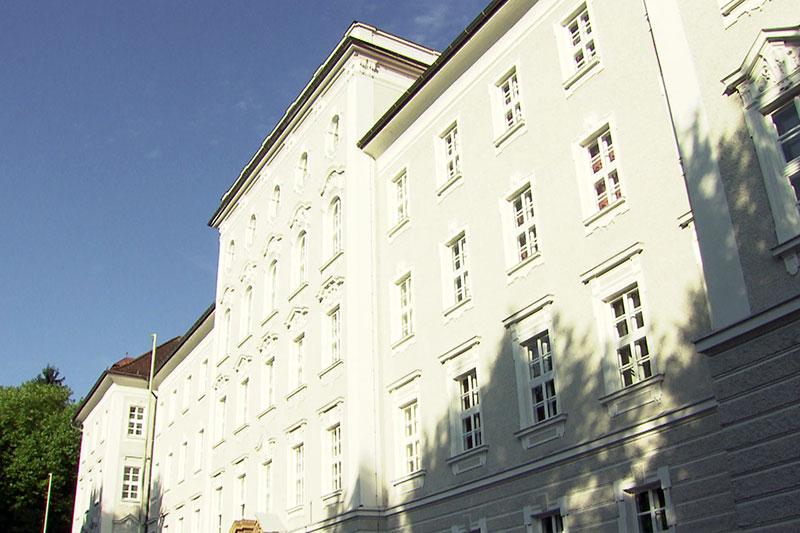 Fassade des Privatgymnasiums Borromäum in Salzburg Parsch