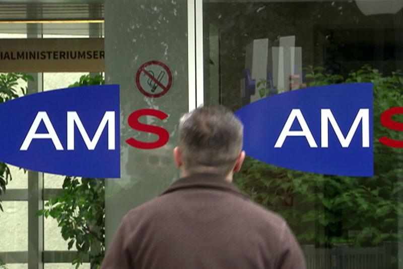 Mann vor Schiebetür des Arbeitsmarktservice (AMS)