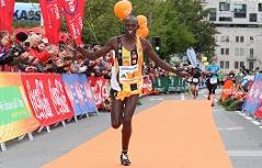 Hosea Kiprotich Rutto beim Zieleinlauf als Sieger beim Salzburg Marathon 2017