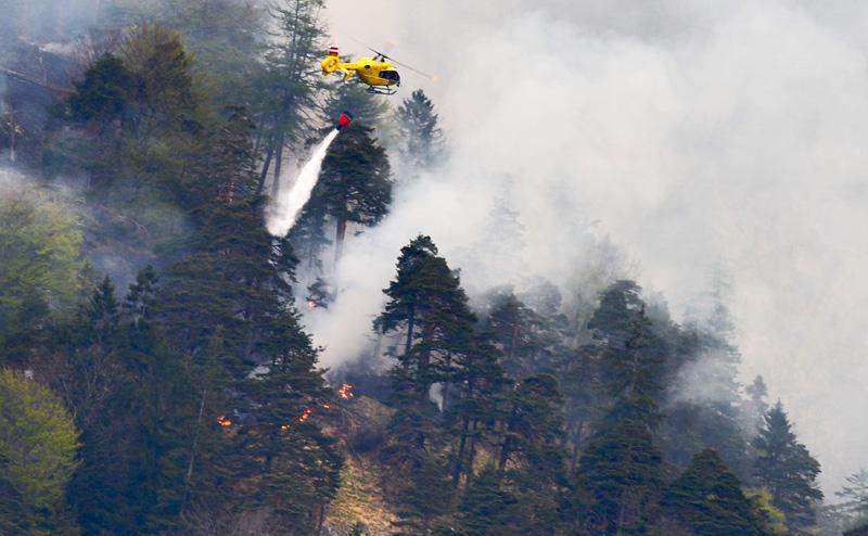 Hubschrauber bei Waldbrand-Löscheinsatz