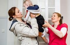 Mutter mit Baby und Helferin