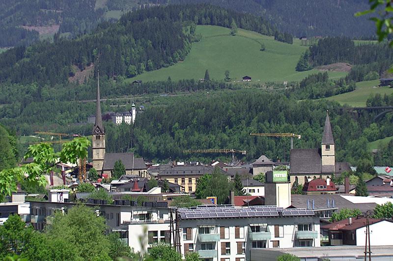 Stadtansicht von Bischofshofen im Frühling