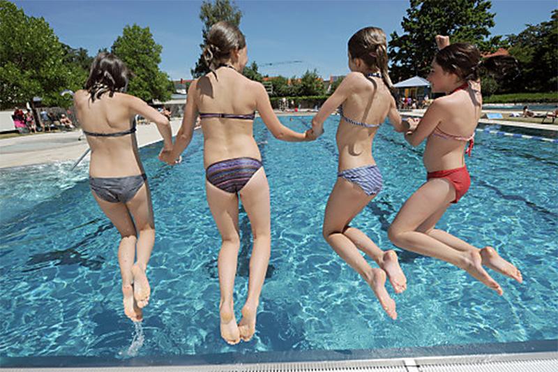 Freibad Schwimmen Jugendliche Kinder