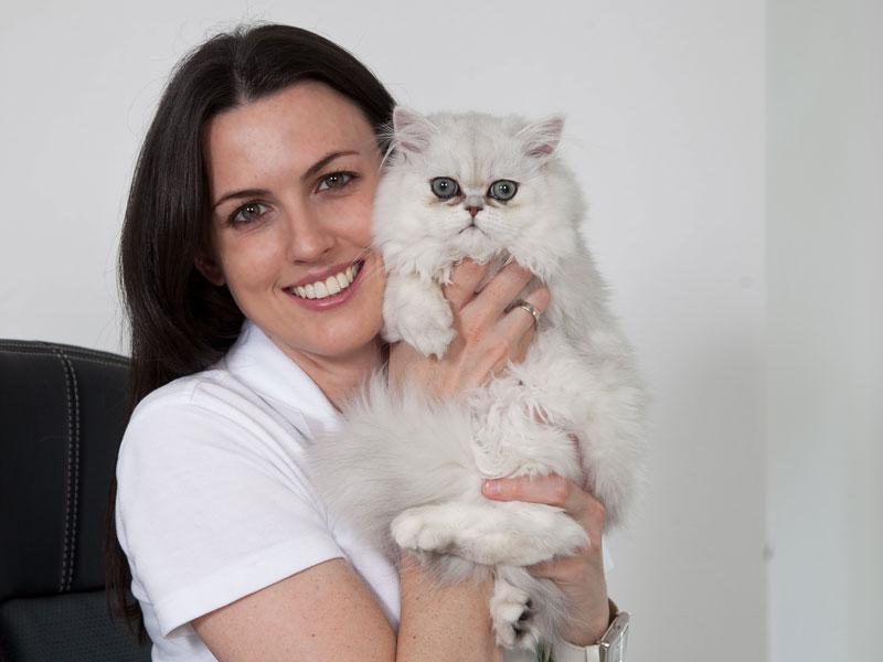 Tierärztin Melanie Bertignol-Spörr mit einer weißen Perserkatze