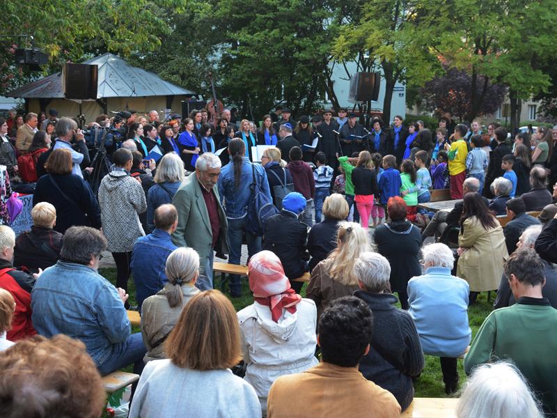 Gäste der Gedenkfeier im Baranka Park