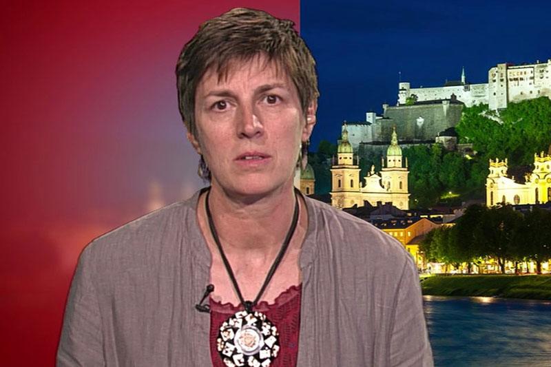 Astrid Rössler im ORF Studio bei Liveschaltung