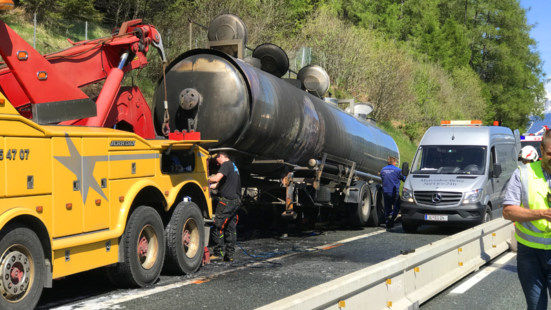 Ausgebrannter Tankwagen wird abgeschleppt