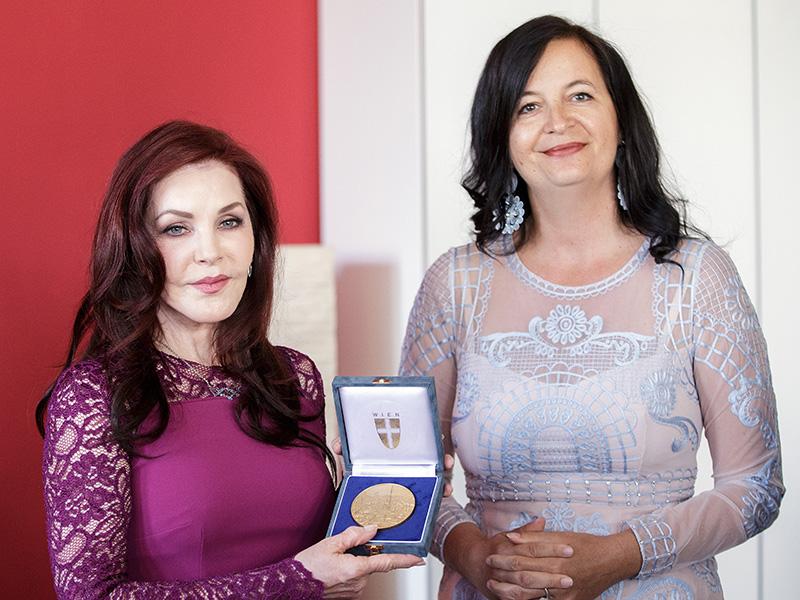 Priscilla Presley und Ulli Sima Plakette