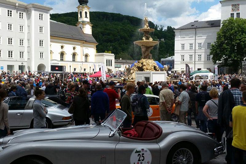 Besucher und Oldtimer bei Autoparade auf dem Residenzplatz in der Salzburger Altstadt