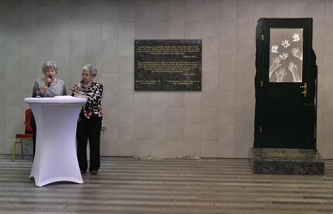 Wintonovy děti. Vlevo Zuzana Marešová a Milena Grenfell-Baines u památníku