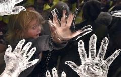 Na snímku je pravnučka Mileny Grenfell-Bainesové Eliška, její otisk ruky je součástí pomníku