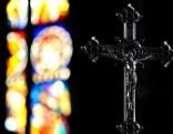 Kirchenfenster und Kreuz