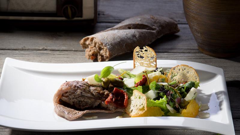 Rinderpaillard mit Kräutersalat