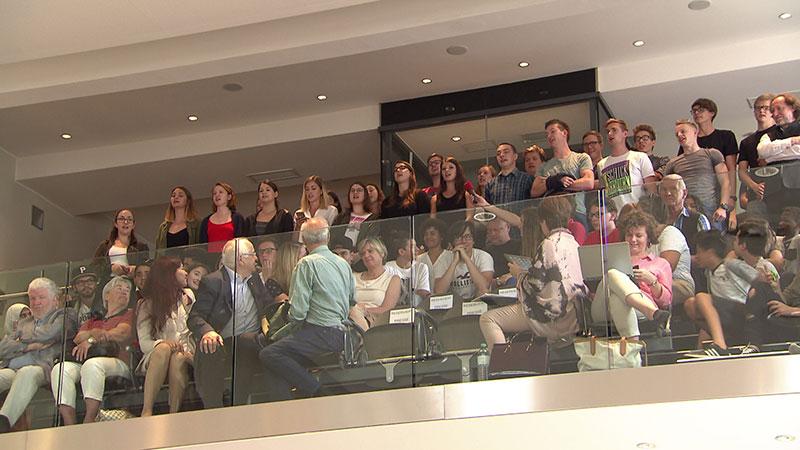 Jugendliche singen im Landtag auf der Zuschauertribüne