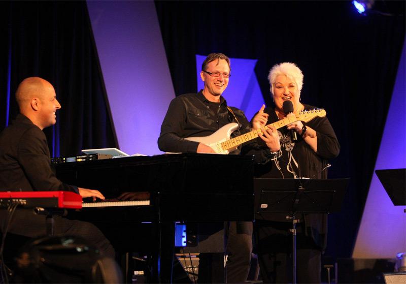 Stefanie Werger mit Musikern: Martin Payr (Keyboard), Goran Mikulec (Bass)