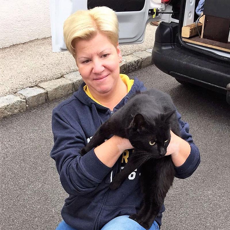 Bettina Mihalits mit dem schwarzen Kater