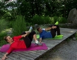 Doresia Krings und Michael Mayrhofer trainieren die schrägen Bauchmuskeln