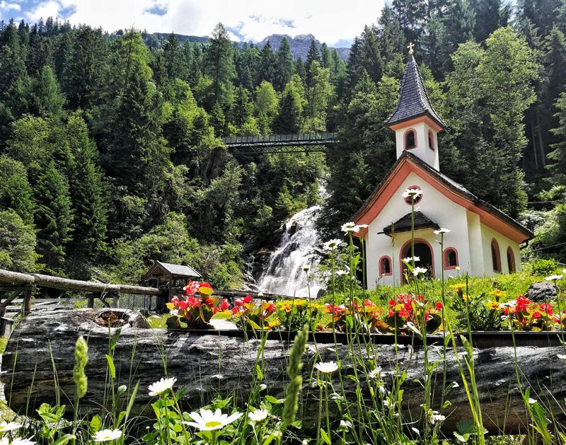 Kirche und Wasserfall