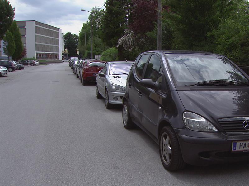 Geparkte Autos von Pendlern in der Stadt Salzburg