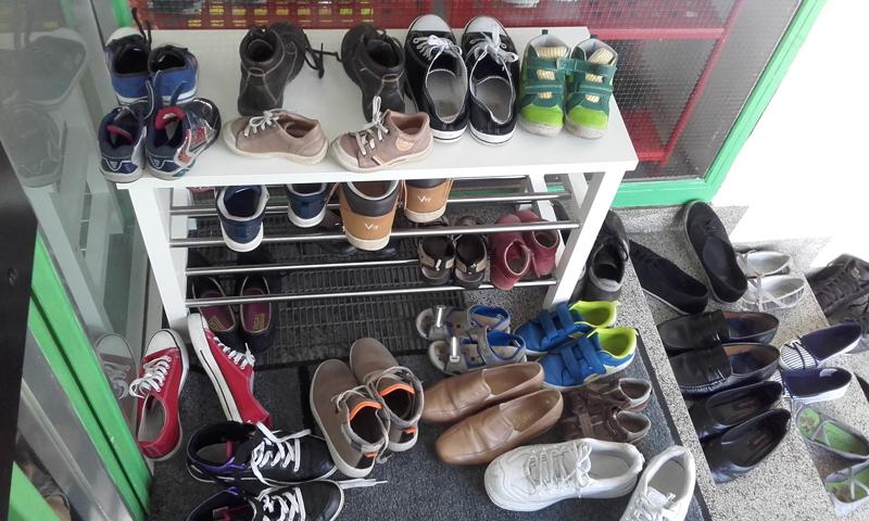 Abgestellte Schuhe im SOS-Kinderdorf