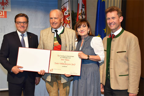 LH Günther Platter, Preisträger Peter Moser, LRin Beate Palfrader und Peter Kostner,