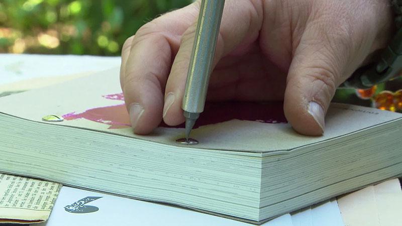 Schraube beim Buch wird aufgedreht