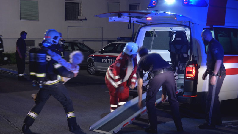 Feuerwehr und Rotes Kreuz bringen Pensionistin in Sicherheit