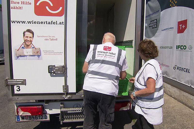 Mitarbeiter der Wiener Tafel beim Entladen von Lkw