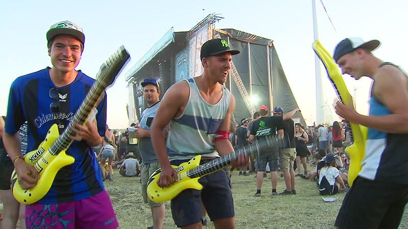 Festivalgäste mit Luftgitarren