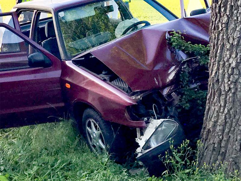 Auto gegen Baum gefahren